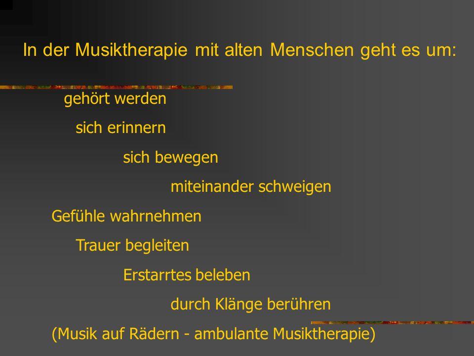 In der Musiktherapie mit alten Menschen geht es um: