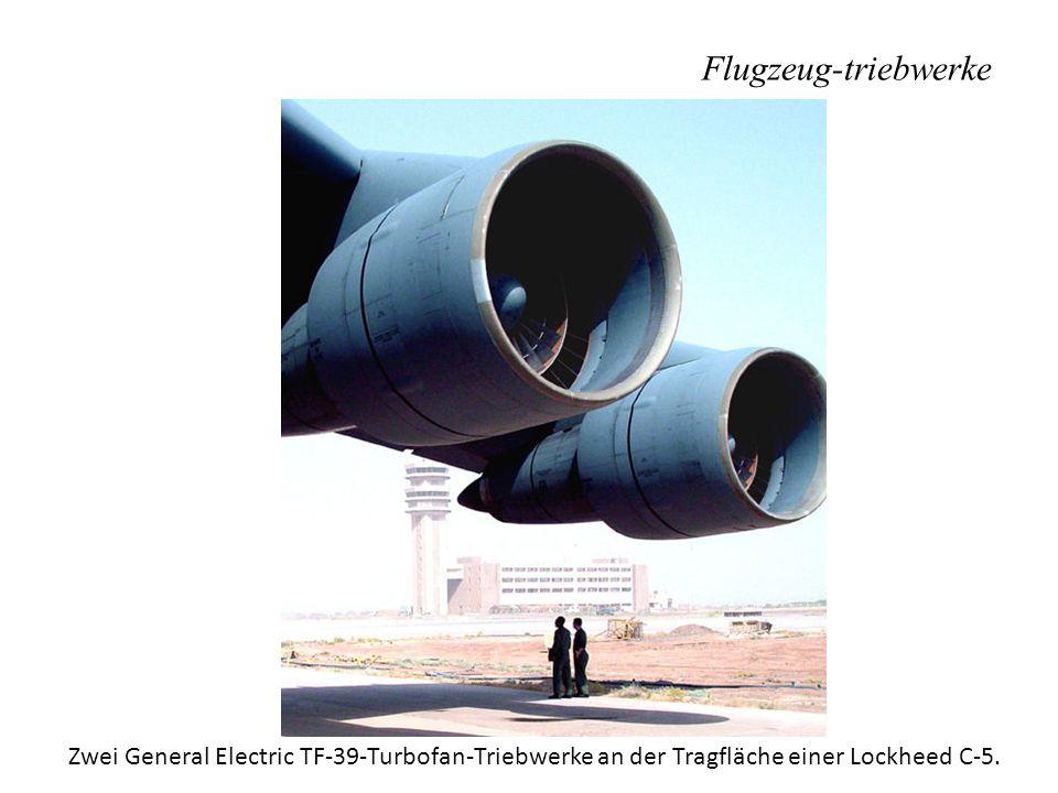 Flugzeug-triebwerke Zwei General Electric TF-39-Turbofan-Triebwerke an der Tragfläche einer Lockheed C-5.