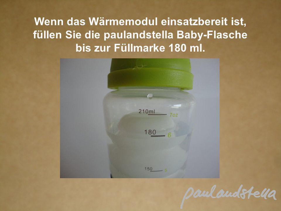 Wenn das Wärmemodul einsatzbereit ist, füllen Sie die paulandstella Baby-Flasche bis zur Füllmarke 180 ml.