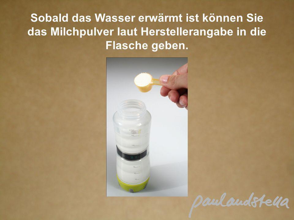 Sobald das Wasser erwärmt ist können Sie das Milchpulver laut Herstellerangabe in die Flasche geben.
