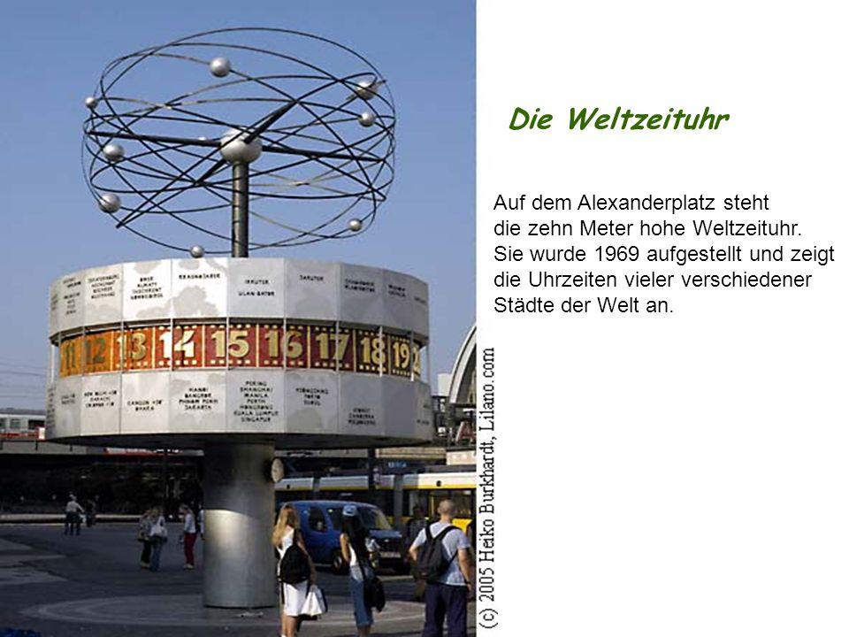 Die Weltzeituhr Auf dem Alexanderplatz steht