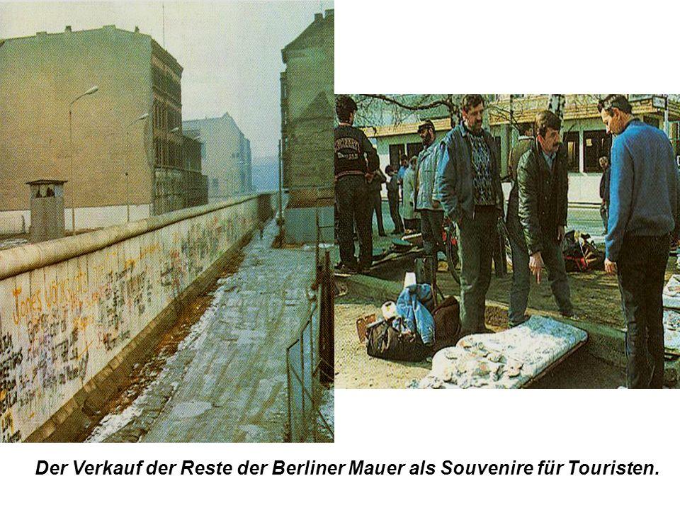 Der Verkauf der Reste der Berliner Mauer als Souvenire für Touristen.