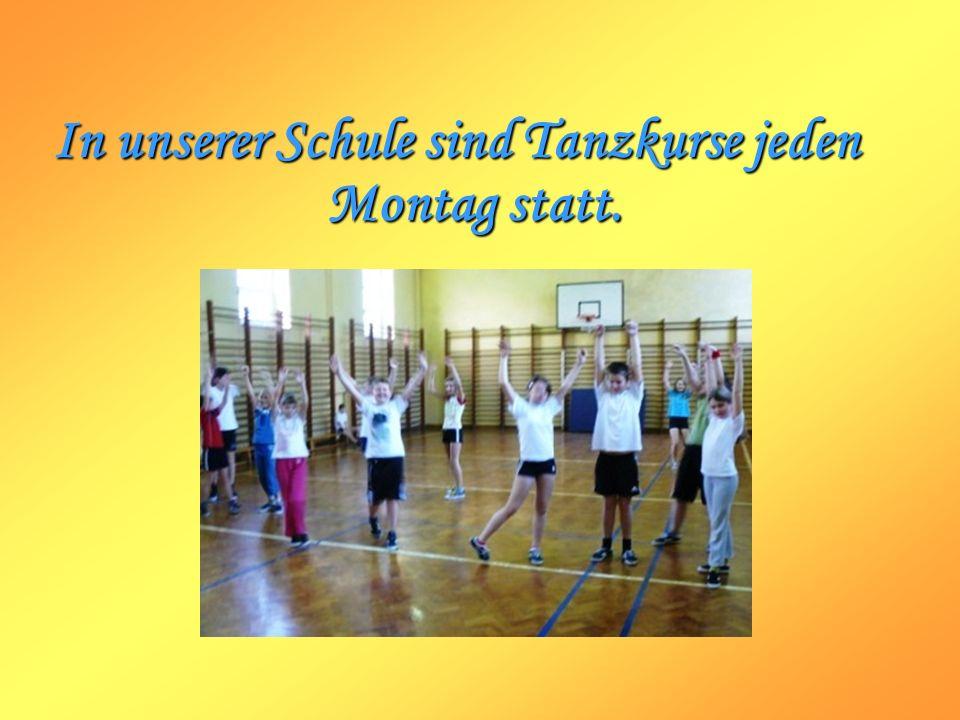 In unserer Schule sind Tanzkurse jeden Montag statt.