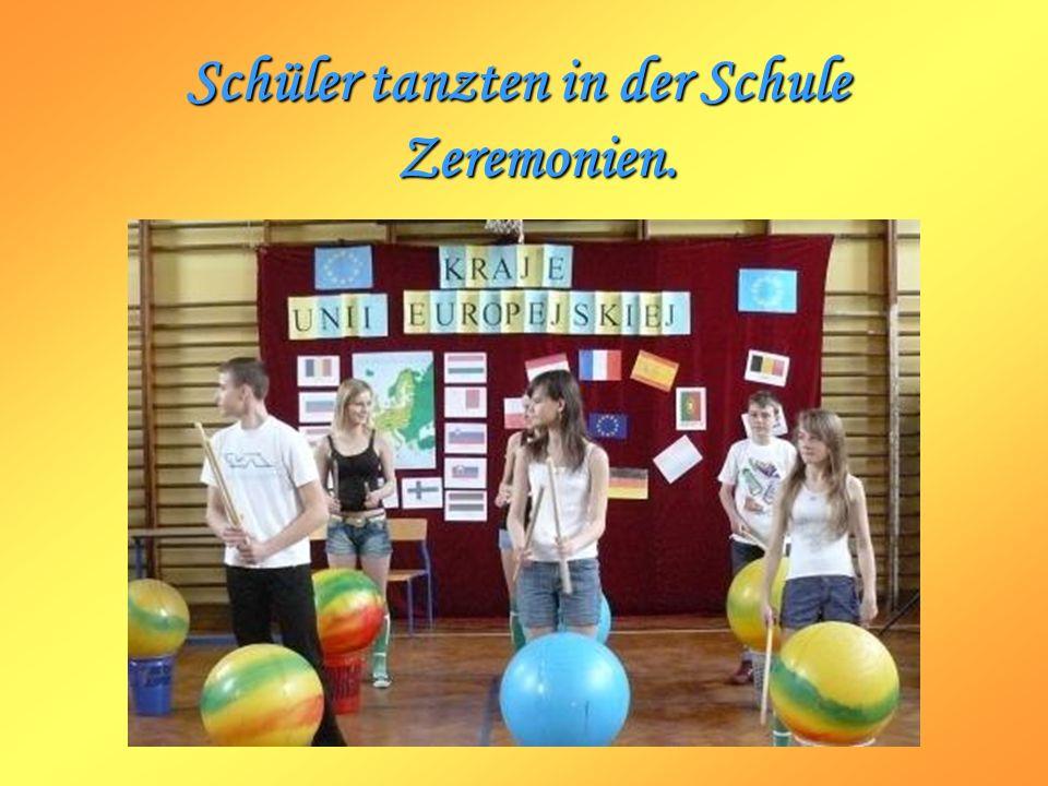 Schüler tanzten in der Schule Zeremonien.
