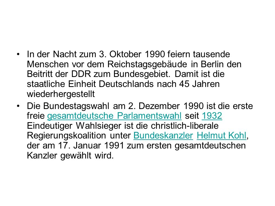 In der Nacht zum 3. Oktober 1990 feiern tausende Menschen vor dem Reichstagsgebäude in Berlin den Beitritt der DDR zum Bundesgebiet. Damit ist die staatliche Einheit Deutschlands nach 45 Jahren wiederhergestellt