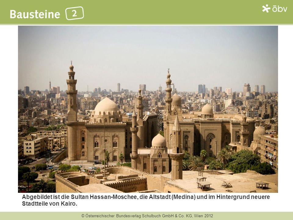 Abgebildet ist die Sultan Hassan-Moschee, die Altstadt (Medina) und im Hintergrund neuere Stadtteile von Kairo.