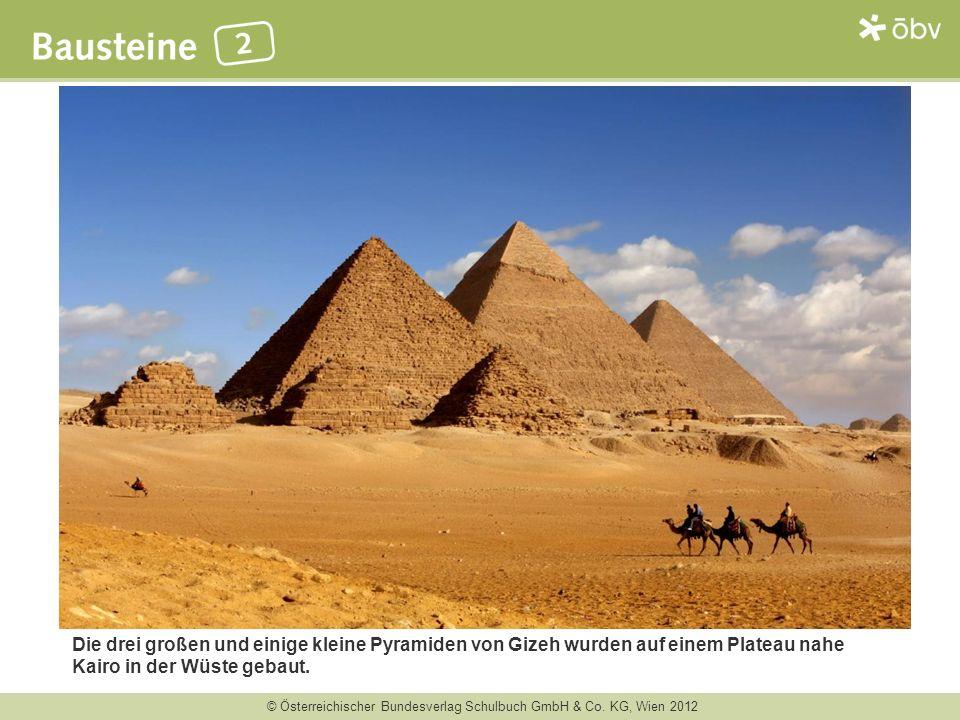 Die drei großen und einige kleine Pyramiden von Gizeh wurden auf einem Plateau nahe Kairo in der Wüste gebaut.