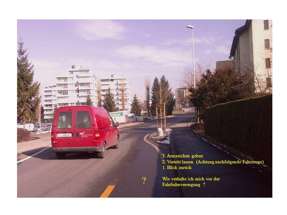 3. Armzeichen geben 2. Vortritt lassen (Achtung nachfolgende Fahrzeuge) 1. Blick zurück. Wie verhalte ich mich vor der.
