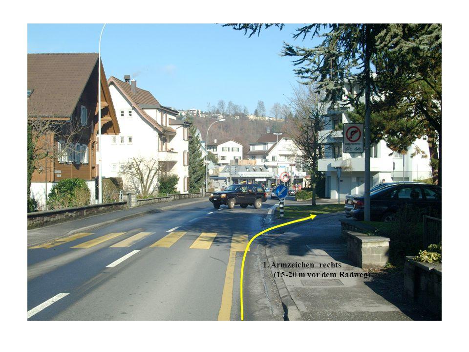 1. Armzeichen rechts (15-20 m vor dem Radweg)