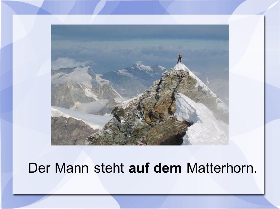 Der Mann steht auf dem Matterhorn.