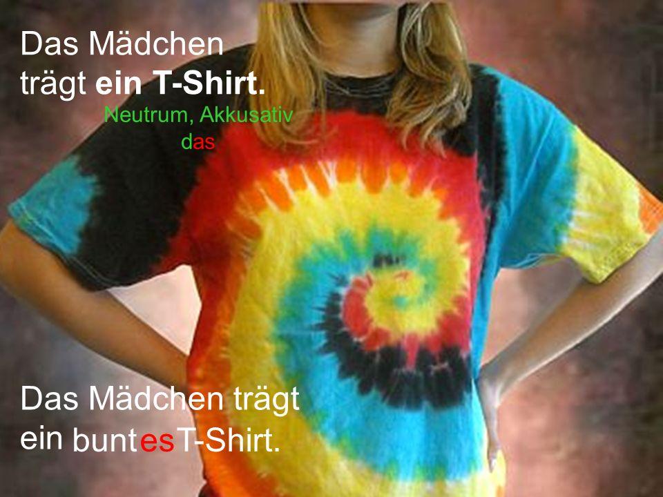 Das Mädchen trägt ein T-Shirt.