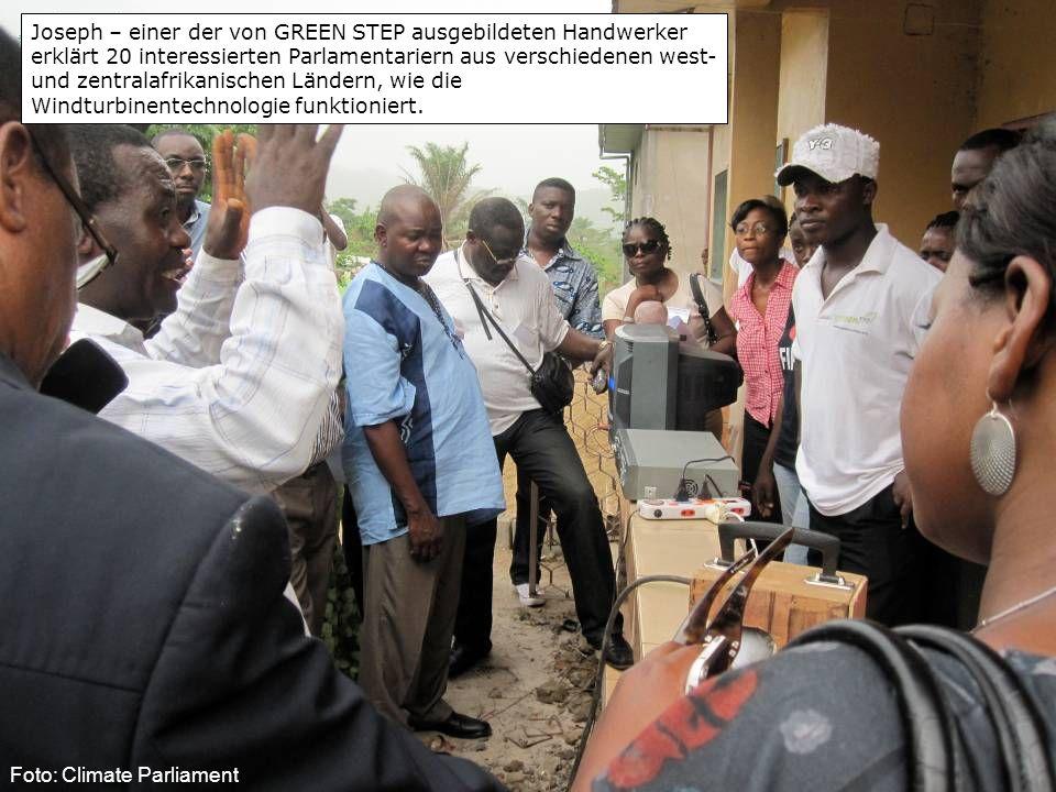 Joseph – einer der von GREEN STEP ausgebildeten Handwerker erklärt 20 interessierten Parlamentariern aus verschiedenen west- und zentralafrikanischen Ländern, wie die Windturbinentechnologie funktioniert.