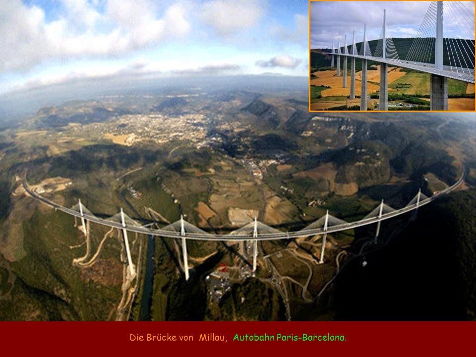 Die Brücke von Millau, Autobahn Paris-Barcelona.