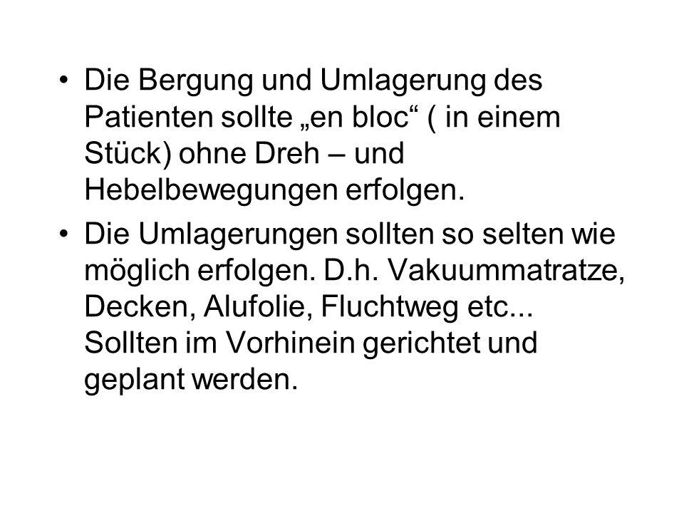 """Die Bergung und Umlagerung des Patienten sollte """"en bloc ( in einem Stück) ohne Dreh – und Hebelbewegungen erfolgen."""