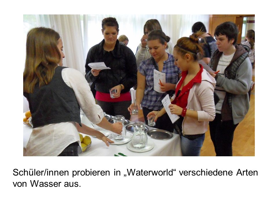 """Schüler/innen probieren in """"Waterworld verschiedene Arten von Wasser aus."""