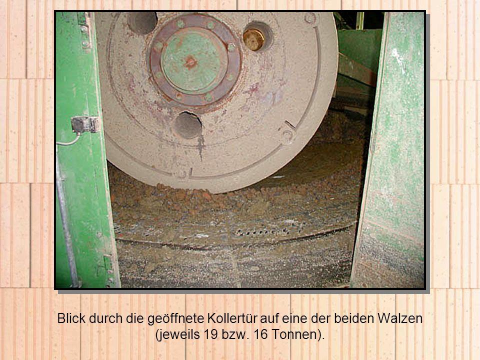 Blick durch die geöffnete Kollertür auf eine der beiden Walzen (jeweils 19 bzw. 16 Tonnen).