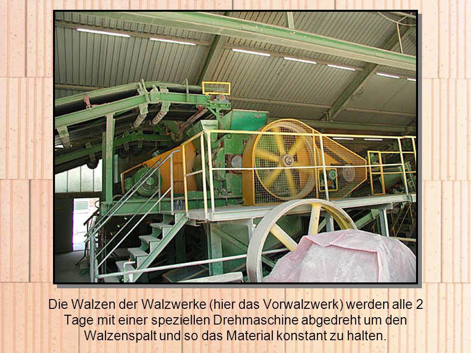 Die Walzen der Walzwerke (hier das Vorwalzwerk) werden alle 2 Tage mit einer speziellen Drehmaschine abgedreht um den Walzenspalt und so das Material konstant zu halten.