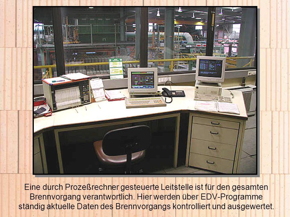 Eine durch Prozeßrechner gesteuerte Leitstelle ist für den gesamten Brennvorgang verantwortlich.