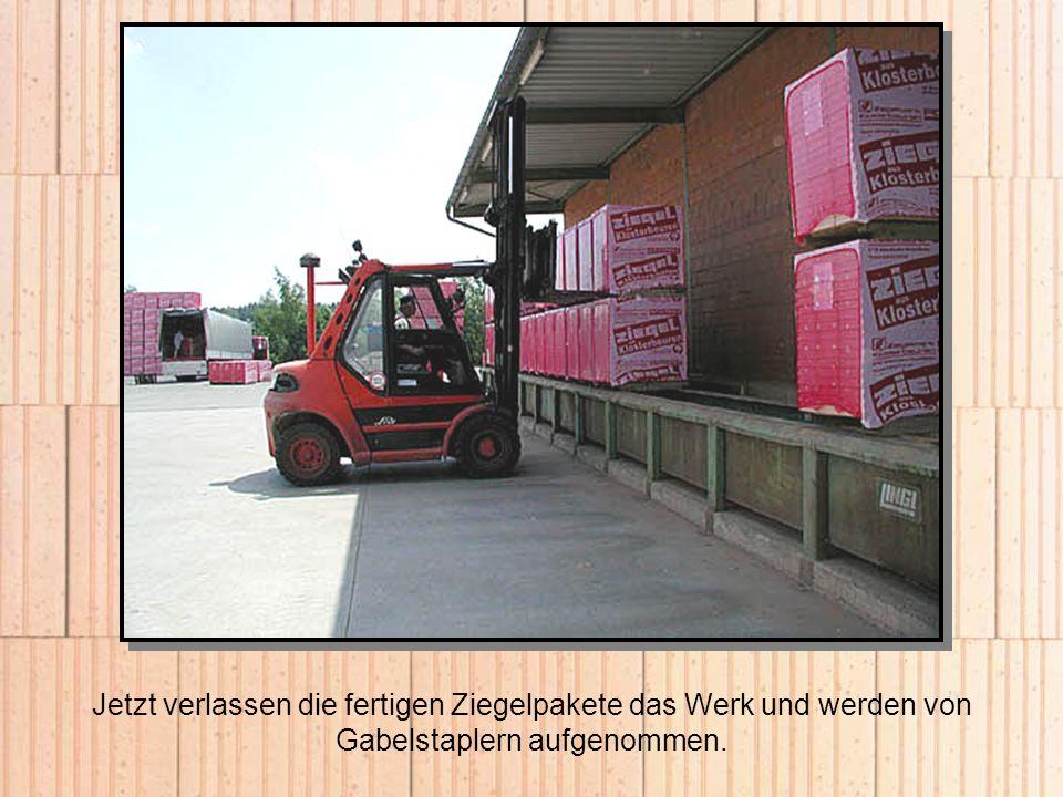 Jetzt verlassen die fertigen Ziegelpakete das Werk und werden von Gabelstaplern aufgenommen.