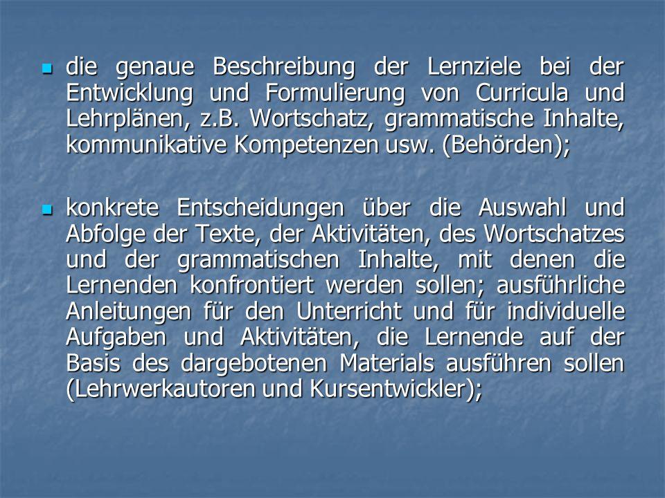 die genaue Beschreibung der Lernziele bei der Entwicklung und Formulierung von Curricula und Lehrplänen, z.B. Wortschatz, grammatische Inhalte, kommunikative Kompetenzen usw. (Behörden);