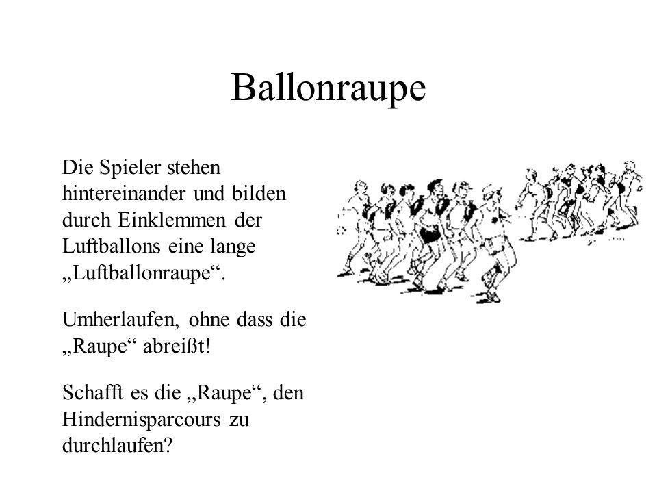 """Ballonraupe Die Spieler stehen hintereinander und bilden durch Einklemmen der Luftballons eine lange """"Luftballonraupe ."""