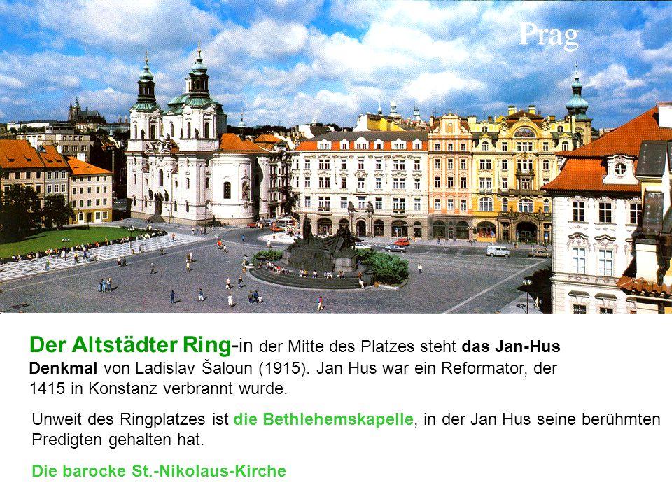 Der Altstädter Ring-in der Mitte des Platzes steht das Jan-Hus Denkmal von Ladislav Šaloun (1915). Jan Hus war ein Reformator, der 1415 in Konstanz verbrannt wurde.
