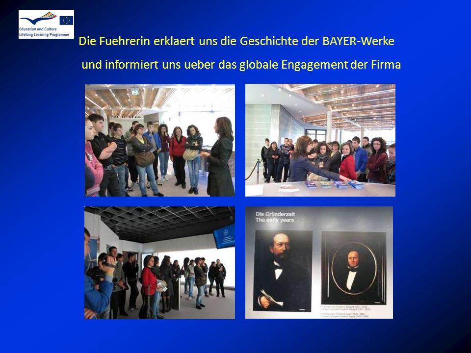 Die Fuehrerin erklaert uns die Geschichte der BAYER-Werke