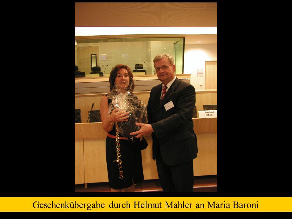 Geschenkübergabe durch Helmut Mahler an Maria Baroni