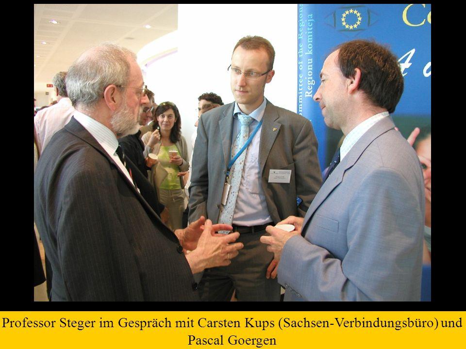 Professor Steger im Gespräch mit Carsten Kups (Sachsen-Verbindungsbüro) und Pascal Goergen