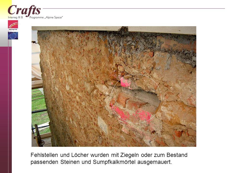 Fehlstellen und Löcher wurden mit Ziegeln oder zum Bestand passenden Steinen und Sumpfkalkmörtel ausgemauert.