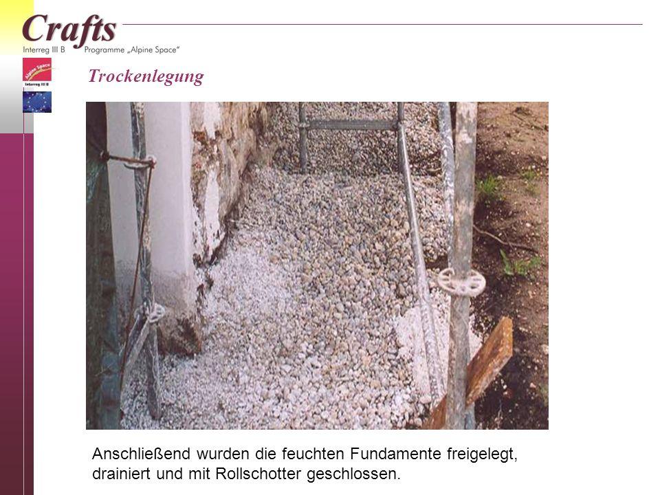 Trockenlegung Anschließend wurden die feuchten Fundamente freigelegt, drainiert und mit Rollschotter geschlossen.