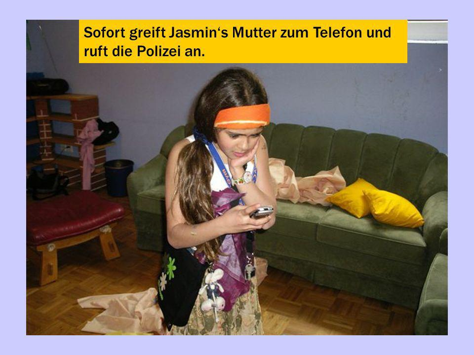 Sofort greift Jasmin's Mutter zum Telefon und ruft die Polizei an.