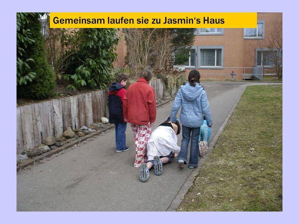 Gemeinsam laufen sie zu Jasmin's Haus