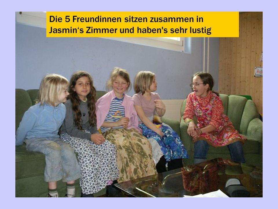 Die 5 Freundinnen sitzen zusammen in Jasmin's Zimmer und haben s sehr lustig