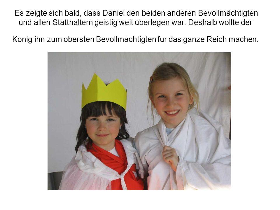Es zeigte sich bald, dass Daniel den beiden anderen Bevollmächtigten und allen Statthaltern geistig weit überlegen war.