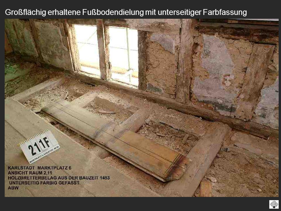 Großflächig erhaltene Fußbodendielung mit unterseitiger Farbfassung