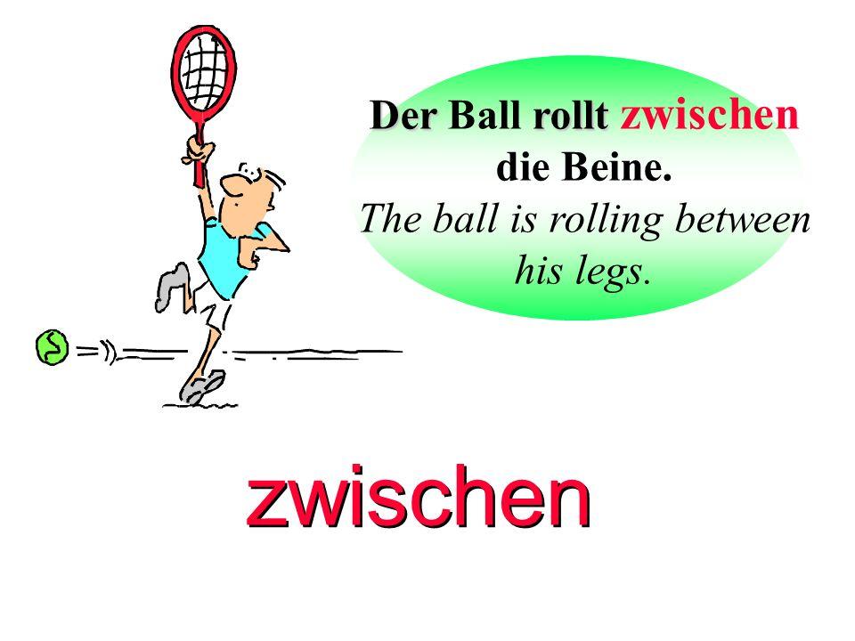 Der Ball rollt zwischen die Beine.