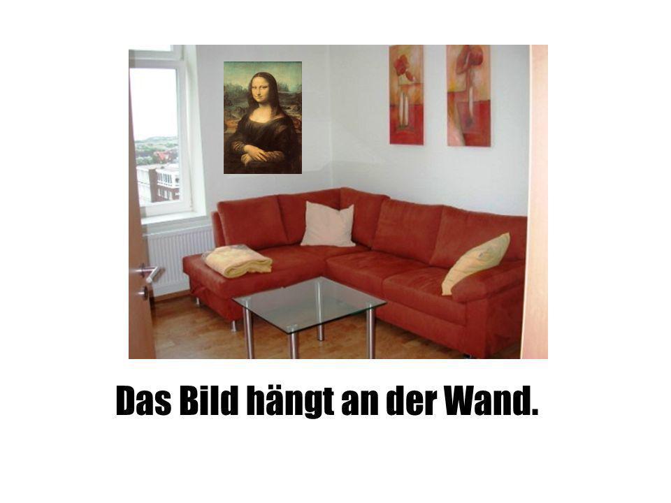 Das Bild hängt an der Wand.