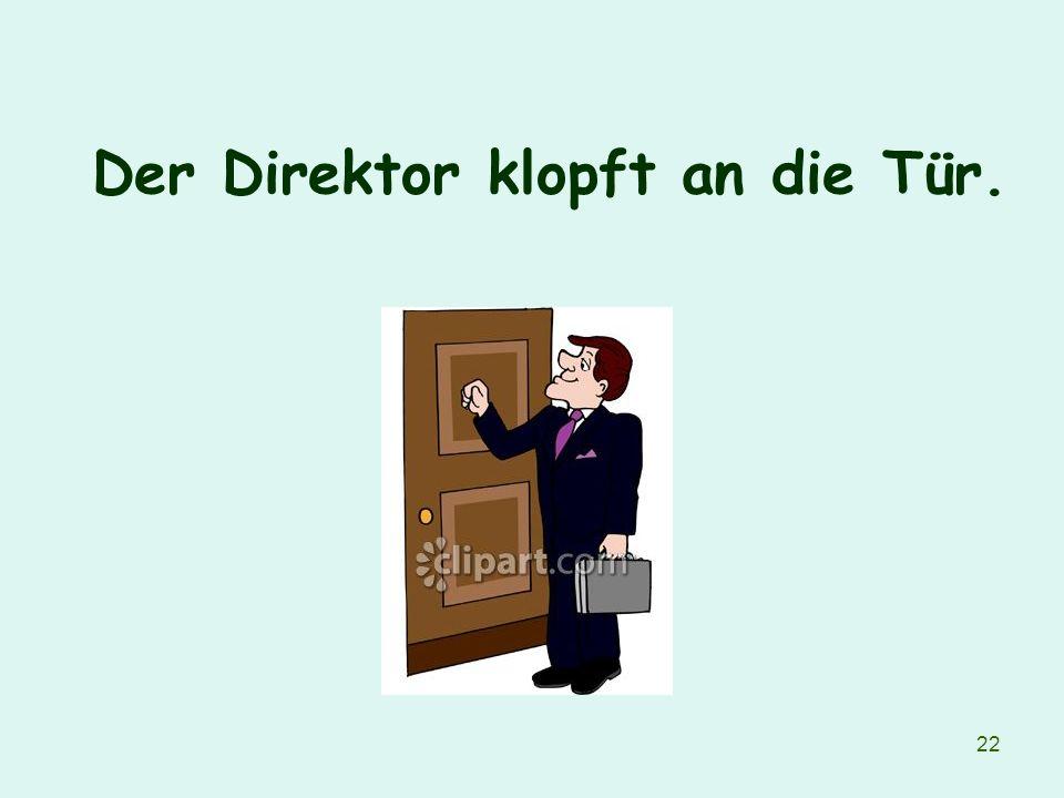 Der Direktor klopft an die Tür.