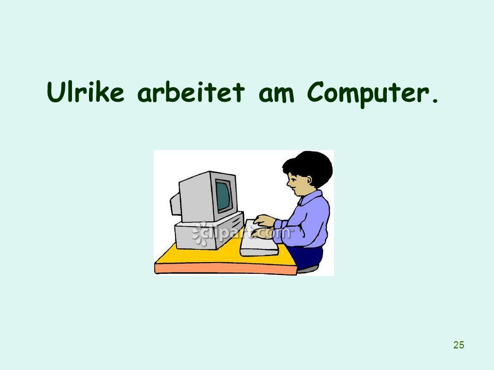 Ulrike arbeitet am Computer.