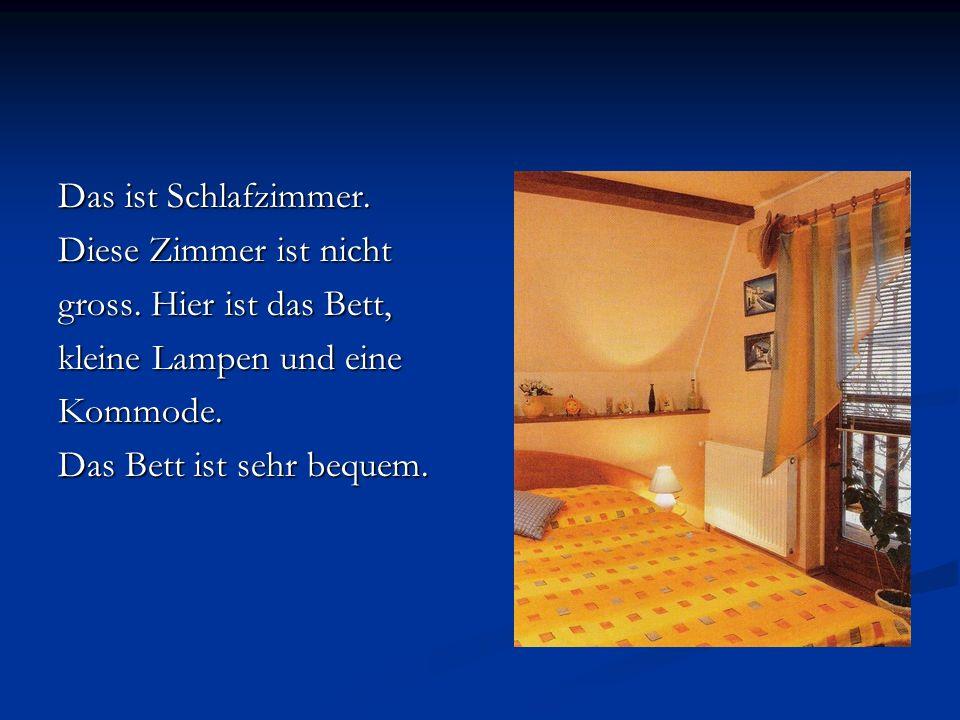 Das ist Schlafzimmer. Diese Zimmer ist nicht. gross. Hier ist das Bett, kleine Lampen und eine. Kommode.