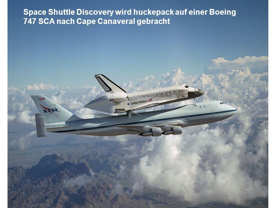 Space Shuttle Discovery wird huckepack auf einer Boeing 747 SCA nach Cape Canaveral gebracht