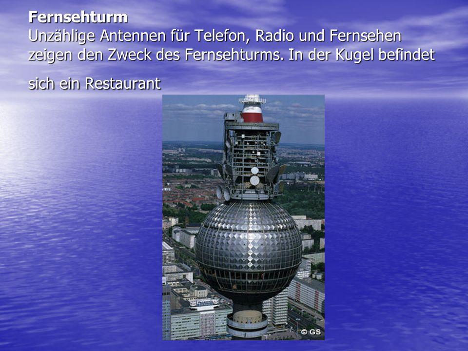 Fernsehturm Unzählige Antennen für Telefon, Radio und Fernsehen zeigen den Zweck des Fernsehturms.