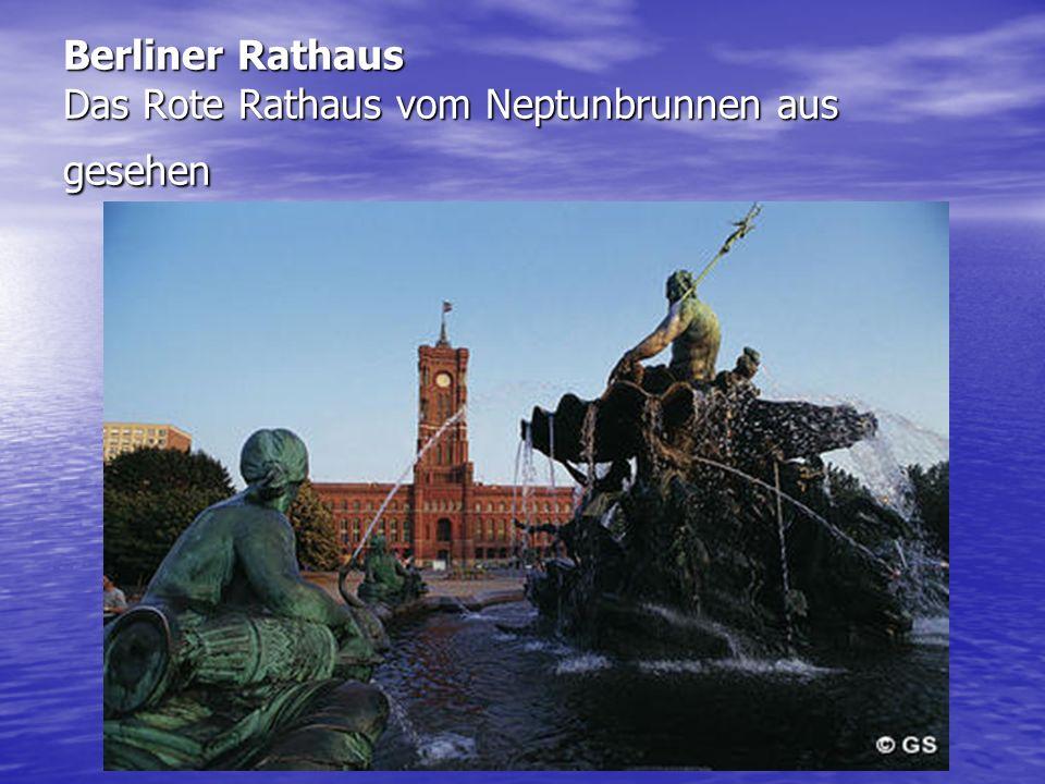 Berliner Rathaus Das Rote Rathaus vom Neptunbrunnen aus gesehen