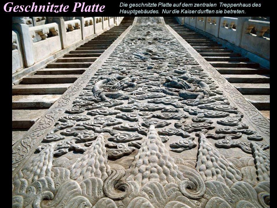 Geschnitzte Platte Die geschnitzte Platte auf dem zentralen Treppenhaus des.