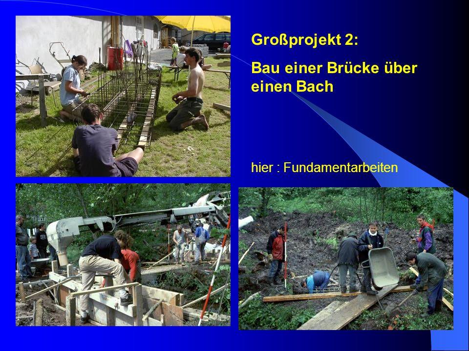 Bau einer Brücke über einen Bach