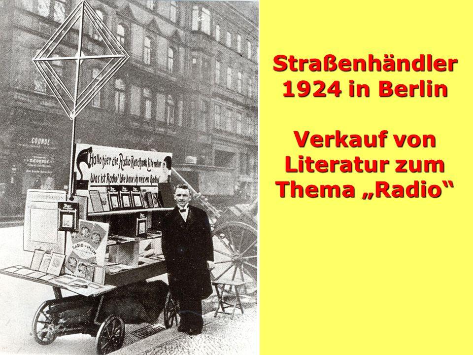 """Straßenhändler 1924 in Berlin Verkauf von Literatur zum Thema """"Radio"""