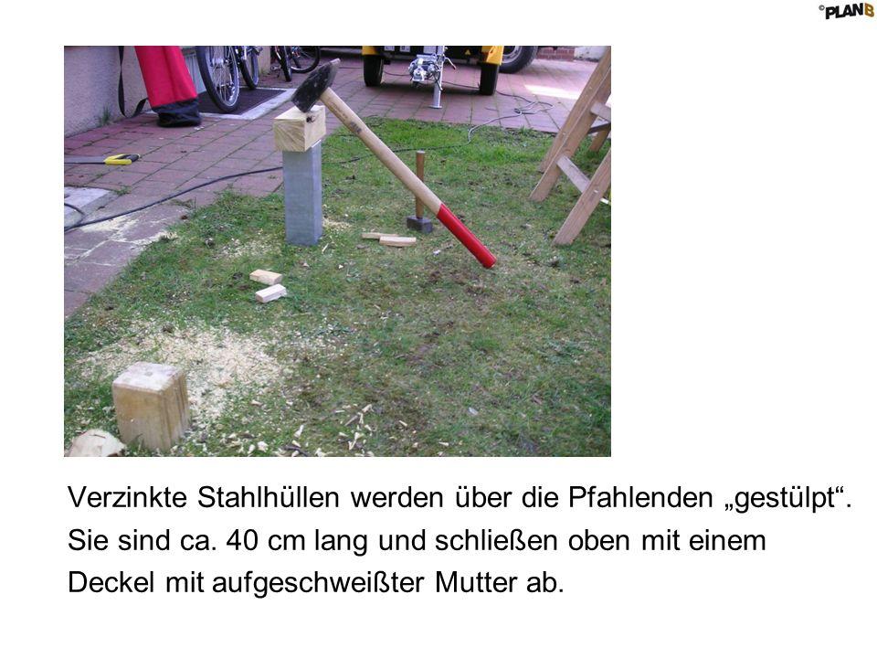 """Verzinkte Stahlhüllen werden über die Pfahlenden """"gestülpt ."""