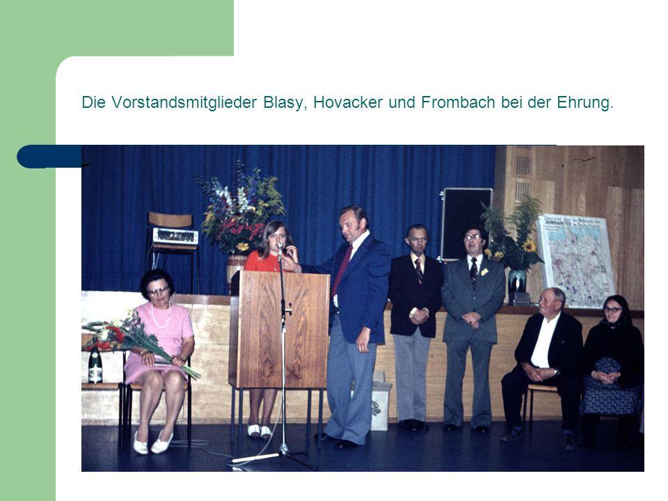 Die Vorstandsmitglieder Blasy, Hovacker und Frombach bei der Ehrung.