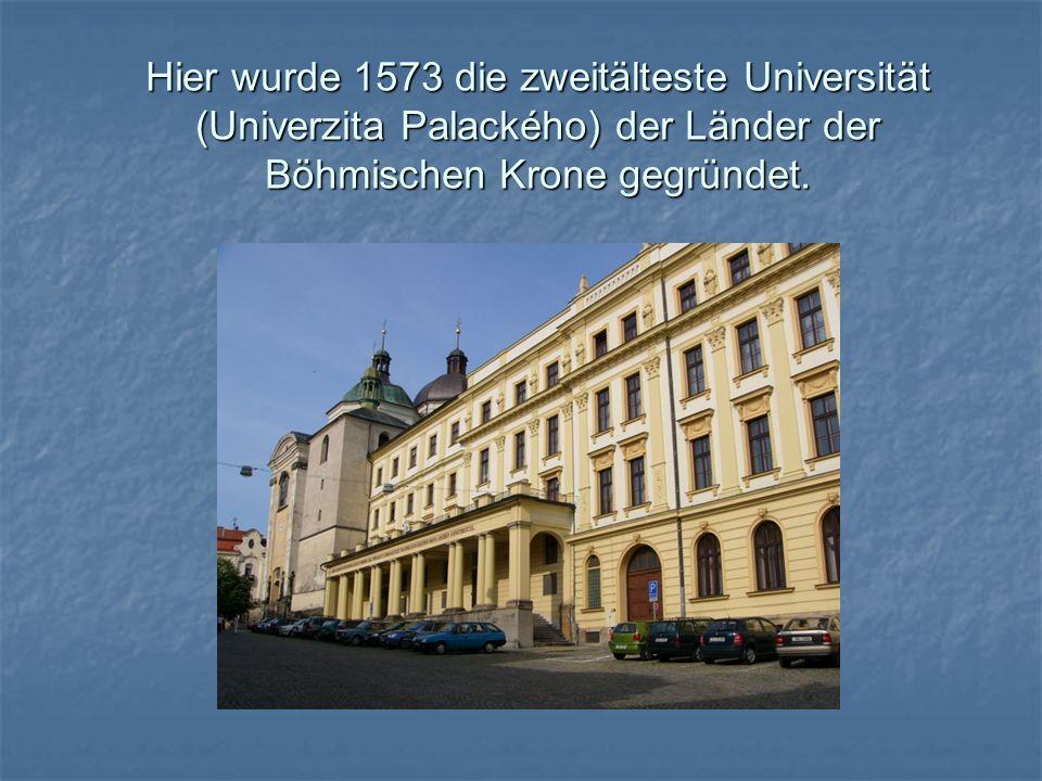 Hier wurde 1573 die zweitälteste Universität (Univerzita Palackého) der Länder der Böhmischen Krone gegründet.
